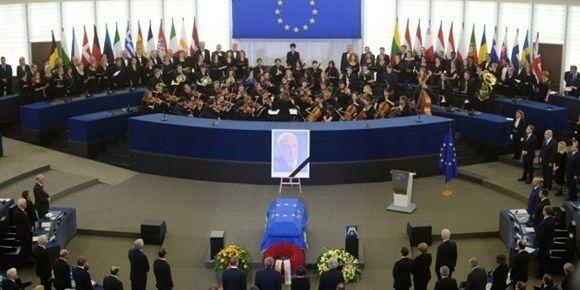 Una orquesta toca el himno alemán en la sede de la Eurocámara de Estrasburgo, ante el féretro de Helmut Kohl.  Foto: EFE.