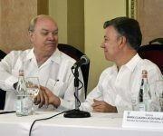 El presidente de Colombia, Juan Manuel Santos (der.), saluda al ministro cubano de Comercio Exterior y la Inversión Extranjera, Rodrigo Malmierca, durante un Foro de Negocios celebrado en el Hotel Nacional de Cuba. Foto: Roberto Garaycoa/ Cubadebate.