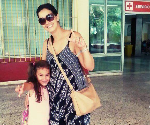 Leticia y su hija mayor, Carmen, a las salida de una consulta con Mayito. Foto: Tomada de la biografía de Facebook de la autora.