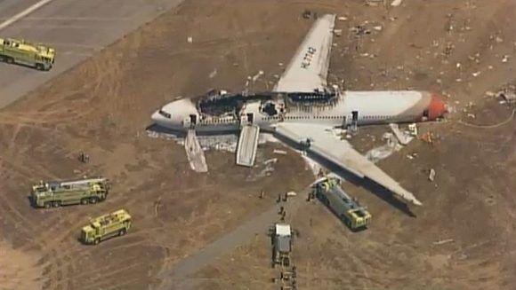 Los restos del avión de Asiana Airlines, yacen en el aeropuerto de San Francisco. Foto: AFP