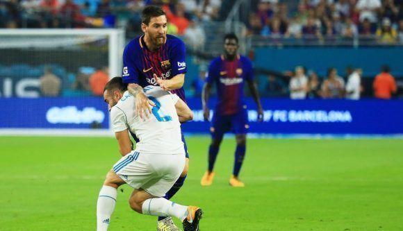 Messi intenta escapar de Carvajal en El Clásico de pretemporada. Foto: Agencias.