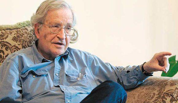 """Noam Chomsky: """"El neoliberalismo de EE.UU. sostiene que la libertad aumenta cada vez más, mientras que en la práctica aumenta la tiranía"""". Foto tomada de lr21."""