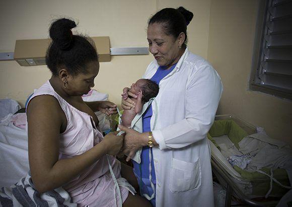 Este método minimiza el trauma psicológico que implica la ruptura temprana del lazo afectivo en casos de nacimientos pretérminos. Foto: Irene Pérez/ Cubadebate.
