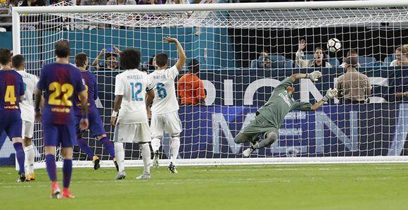 El Barça se puso en ventaja con dos goles tempraneros. Luego Piqué decidió el encuentro con este gol en la segunda mitad. Foto: EFE.