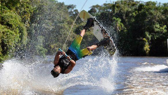 realizando-un-truco-de-wakeboarding-imagen-cortesia-de-prefeitura-municipal-de-itanhaem-flickr-creative-commons