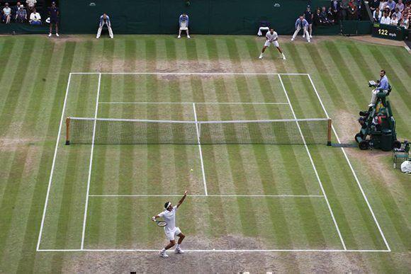 Roger Federer lanza la bola ante el tenista croata Marin Cilic. Foto: AFP.