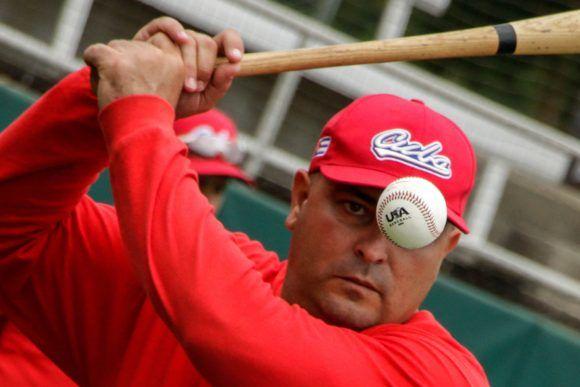 Roger Machado, director del equipo cubano de béisbol que participará a partir del próximo 2 de julio en el Tope Amistoso Cuba-Estados Unidos, durante las prácticas en el complejo nacional de entrenamiento de la organización USA Baseball, en Carolina del Norte, Estados Unidos, ACN FOTO/Abel PADRÓN PADILLA