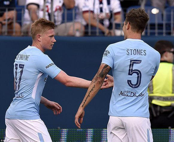 El defensa central John Stones celebra junto al mediapunta Kevin de Bruyne en la victoria del City sobre el Tottenham. Foto: AP.