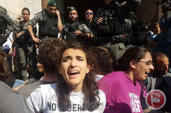 Tres guardias de seguridad palestinos de la Mezquita de Al-Aqsa, en la Ciudad Vieja de Jerusalén Oriental ocupada, fueron agredidos y detenidos por la policía israelí el miércoles, mientras centenares de israelíes y colonos de derecha llevaban a los santosFoto tomada de Resumen Latinoamericano.