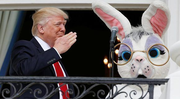 Trump saluda desde el balcón de la Casa Blanca durante la celebración de la Pascua el 17 de abril de 2017. Foto: Reuters.