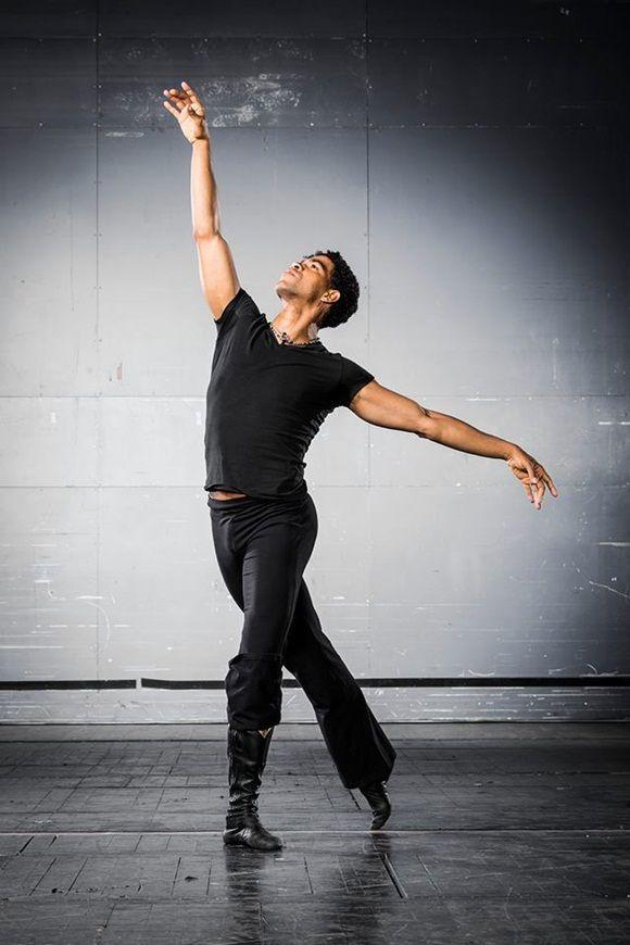 En cada estudiante que examinamos buscamos que domine la técnica de ballet y de danza contemporánea.