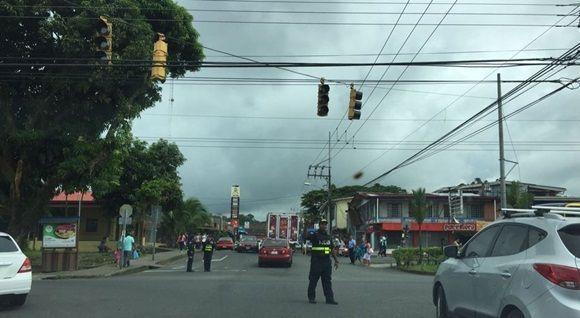 A las 1:25 p. m. en el centro de Guápiles, Pococí, oficiales de la Fuerza Pública tuvieron que regular el paso de los vehículos ya que los semáforos dejaron de funcionar. Foto: La Nación.