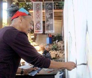 Ben Joanes, fotógrafo de Estados Unidos, participa en la realización de un mural en el Pabellón Cuba, en La Habana, el 18 de diciembre de 2014, para rememorar el mural convocado por Wifredo Lam en el salón de mayo de 1967. AIN FOTO/Roberto  MOREJÓN RODRÍGUEZ/
