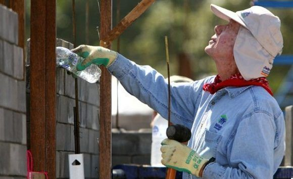 "FILE PHOTO --  Former U.S. President Jimmy Carter takes part in building efforts during the ""Jimmy & Rosalynn Carter Work Project 2009"", as part of the Habitat for Humanity program, in Chiang Mai province, north of Bangkok, November 16, 2009.     REUTERS/Phichaiyong Mayerku/File Photo"
