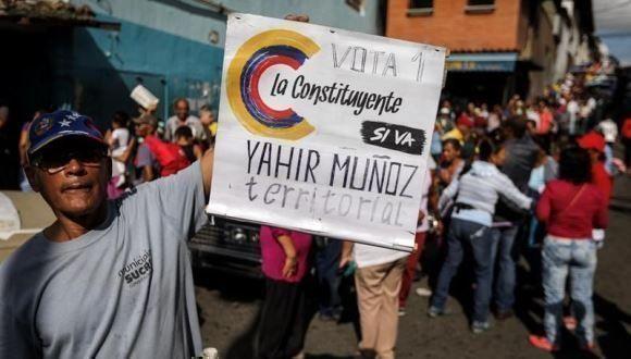 Ciudadano venezolano sostiene cartel de apoyo a la Constituyente. Foto: EFE.