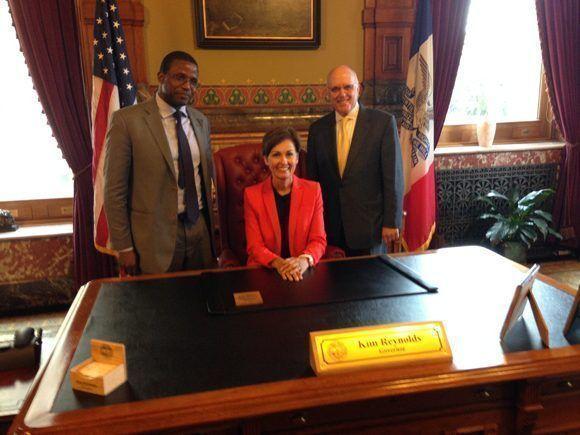 El jefe de la Oficina Económico-Comercial de la Embajada cubana en Estados Unidos, Rubén Ramos (izq.), fue recibido por autoridades de Iowa. Foto: @JoseRCabanas/ Twitter.