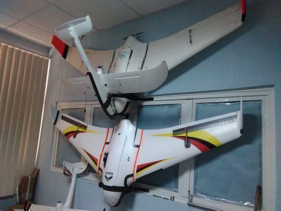 Con una longitud máxima de alrededor de dos metros, baterías recargables y en su gran mayoría confeccionados de plástico o poliespuma, los drones del GARP son uno de los robots con un mayor número de prestaciones para la agricultura. Foto: Yunier Sifonte/ Cubadebate.