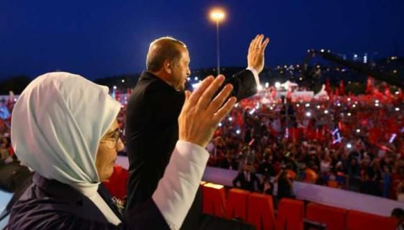 Recep Tayyip Erdogan (C) y su esposa Emine Erdogan en el Puente de Bósforo en Estambul, este 15 de julio del 2017. Foto: AFP.