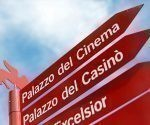 """Un Matt Damon a escala pequeña inaugurará la edición 74 del Festival de Cine de Venecia, dijeron esta semana sus organizadores al presentar las películas que se mostrarán en el certamen, donde con frecuencia surgen aspirantes al Oscar. En la imagen, un cartel que señala la dirección del """"Palacio del Cine"""" antes del inicio del Festival de Venecia. Foto: Alessandro Bianchi/ Reuters."""