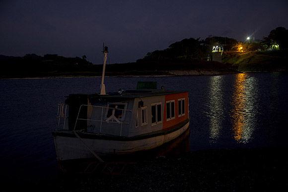 Tres embarcaciones, La Estrella, Ismaelillo, y Siguanea, pertenecientes a la base fluvial de transporte, realizan la recogida de los pioneros todos los días. Foto: Ismael Francisco/ Cubadebate.