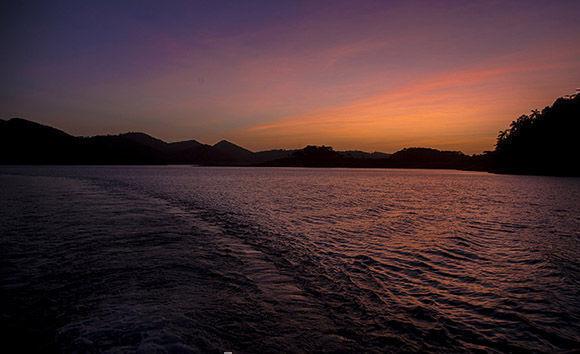 Justo al amanecer se necesita recorrer 13 km por las aguas de la presa Hanabanilla, para llegar a casa del niño Marlon Roberto, y trasladarlo a su escuela. Foto: Ismael Francisco/ Cubadebate.