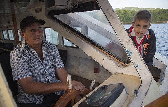 El Patron del barco Nelson Dorta, lleva laborando 23 años en las aguas del Hanabanilla. Foto: Ismael Francisco/ Cubadebate.
