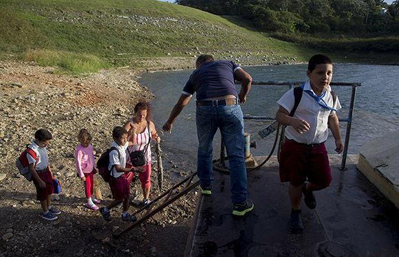 Osmel Turiño, administrador de la Base muchas veces ayuda al traslado de los pioneros, si no que también al de las cosechas de los campesinos y traslados de su ganado. Foto: Ismael Francisco/ Cubadebate.
