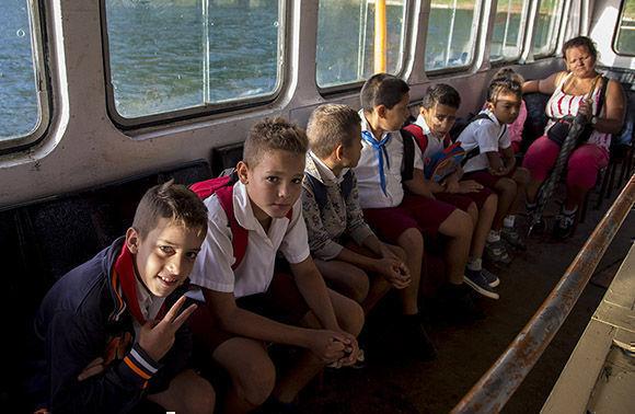 Marlon Roberto y sus compañeros de clase disfrutando del viaje en la lancha. Foto: Ismael Francisco/ Cubadebate.