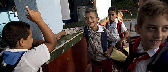 La anécdota del día y la sabiduría infantil se dejan escuchar antes de entrar a clases. Foto: Ismael Francisco/ Cubadebate.