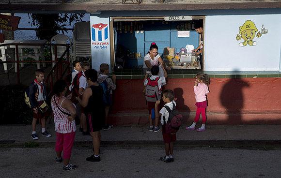 Un alto en la cafetería de la comunidad donde algunos completan su merienda. Foto: Ismael Francisco/ Cubadebate.