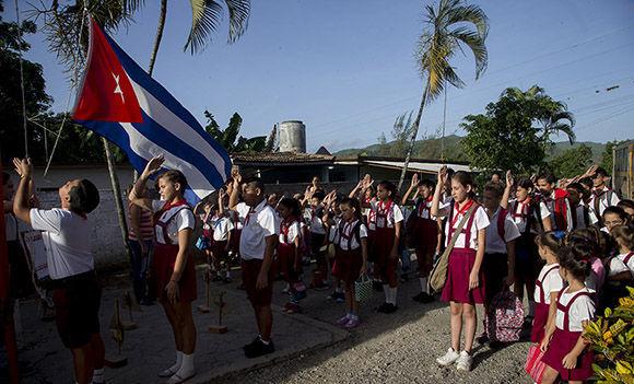 Izaje de la bandera y el himno de la patria antes de entrar al aula. Foto: Ismael Francisco/ Cubadebate.