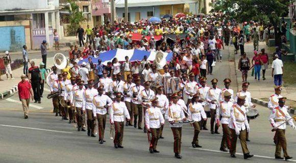 La peregrinación de homenaje a Frank País recorrió las calles de la ciudad al igual que 60 años atrás. Foto: Miguel Rubiera Justiz/ Granma