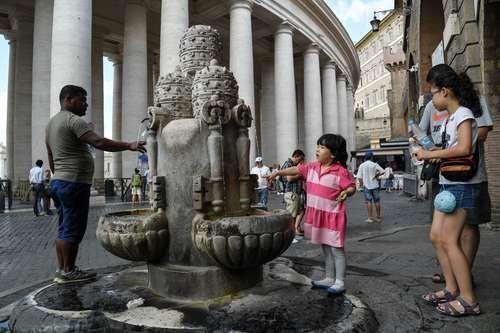 Debido a una de las sequías más graves de su historia el Vaticano decidió cortar el suministro de agua a las fuentes colocadas en su territorio. Foto: AFP.