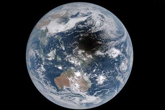 La Tierra con una mancha debido a la sombra de la luna. Foto: Captura de pantalla/ APOD Videos/ Youtube.
