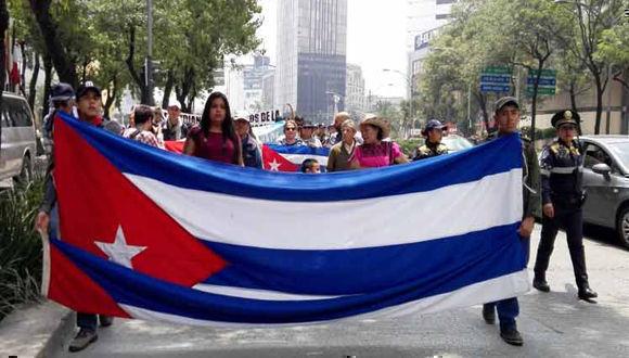 Integrantes del Movimiento Mexicano de Solidaridad con Cuba marcharon contra el bloqueo. Foto: PL.