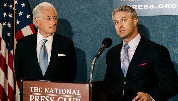 Mark Corallo (derecha) y Marc E. Kasowitz, durante una conferencia de prensa. Foto: NYT.
