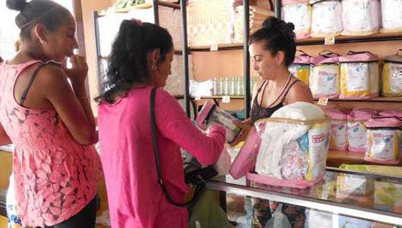 En las tiendas de canastilla, además del módulo para embarazadas, se ofertan algunos artículos por venta libre a precios asequibles, pero otros no son tan baratos. Foto: Martha Vecino Ulloa/Bohemia.