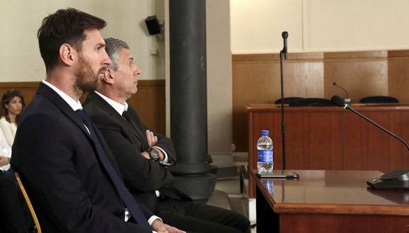 Messi y su padre, en la sala de la Audiencia de Barcelona en junio de 2016. Foto: EFE.