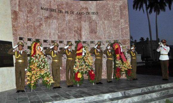 Ofrendas florales a nombre de los Consejos de Estado y de Ministros y a título de su presidente el General de Ejército Raúl Castro Ruz, Primer Secretario del Partido Comunista de Cuba y del Pueblo de Cuba, son depositadas ante el monumento que guarda los restos de los caídos por los sucesos del Moncada, en el cementerio Santa Ifigenia, de Santiago de Cuba, el 26 de julio de 2017. ACN FOTO/Miguel RUBIERA JÚSTIZ/ogm