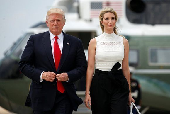 onald Trump y su hija Ivankay asistente de la Casa Blanca caminan hacia el Air Force One, en la base Andrews en Maryland. Foto: Reuters.