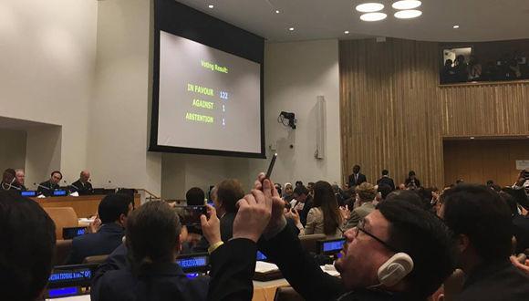 El texto fue adoptado oficialmente con 122 votos a favor, uno en contra y una abstención. Foto: AP.