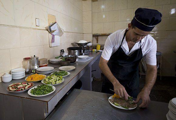 Las prácticas de los estudiantes en algunas unidades de comercio y gastronomía, complementan la formación teórica que reciben en las aulas. Foto: Irene Pérez/ Cubadebate.