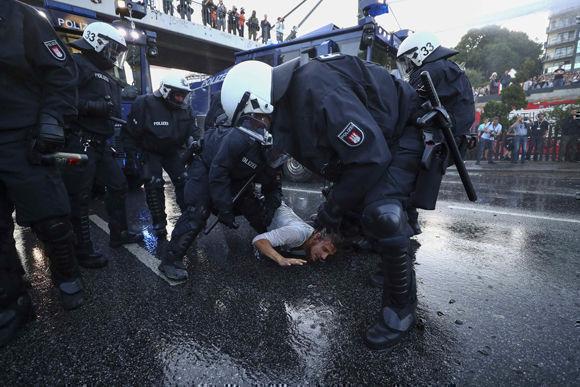 La situación ha desbordado a la policía de Hamburgo, que ha solicitado refuerzos de todo el país para contener las protestas. Foto: Reuters.