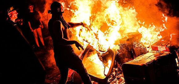 Manifestantes queman desechos durante una manifestación en el barrio de Schanzenviertel, frente al edificio Rote Flora en Hamburgo. Foto: EFE.