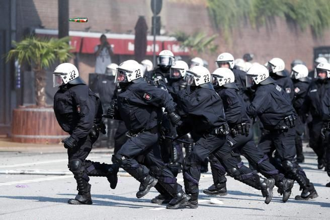 La policía carga contra los manifestantes en Hamburgo. Foto: AFP.
