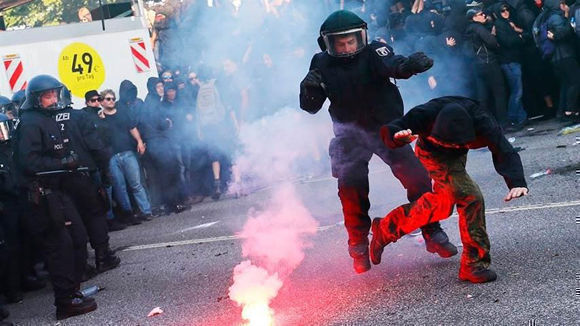 La policía de esa ciudad volvió a recurrir a cañones de agua para dispersar a manifestantes que querían bloquear los accesos a la cumbre del G20. Foto: Télam.