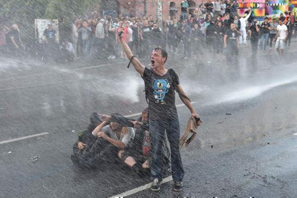 """El agravamiento de la situación comenzó al detectarse la presencia de un millar de encapuchados en la manifestación de radicales convocada bajo el lema """"Welcome to hell"""". Foto: AFP."""