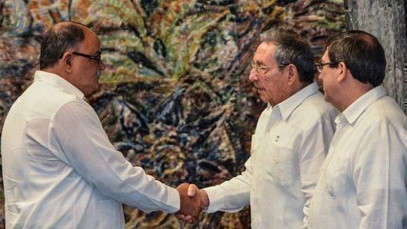 El General de Ejército Raúl Castro Ruz (C. der.), Primer Secretario del Comité Central del Partido Comunista de Cuba y Presidente de los Consejos de Estado y de Ministros, presidió el acto de Juramentación de los nuevos embajadores de Cuba en el exterior, en el Palacio de la Revolución, en La Habana, el 23 de julio de 2017.  ACN FOTO/Marcelino VÁZQUEZ HERNÁNDEZ/ogm
