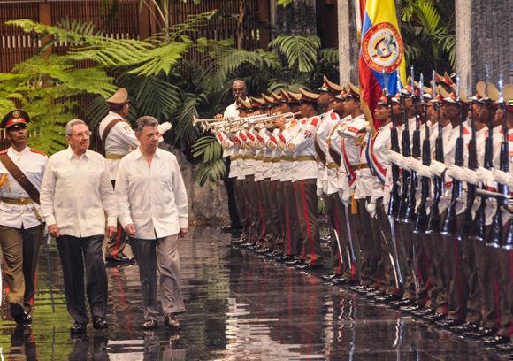 El General de Ejército Raúl Castro Ruz (segundo a la izquierda), Presidente de los Consejos de Estado y de Ministros de Cuba, recibió a Juan Manuel Santos (D), Presidente de Colombia (C. izq), en el Palacio de la Revolución, en La Habana, el 17 de julio de 2017. Foto: Marcelino Vázquez Hernández/ ACN.
