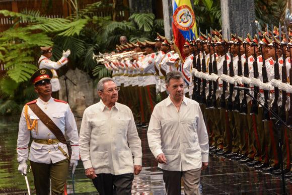 El General de Ejército Raúl Castro Ruz (C. izq.), Presidente de los Consejos de Estado y de Ministros de Cuba, recibió a Juan Manuel Santos (C. der.), Presidente de Colombia (C. izq), en el Palacio de la Revolución, en La Habana, el 17 de julio de 2017. Foto: Marcelino Vázquez Hernández/ ACN.